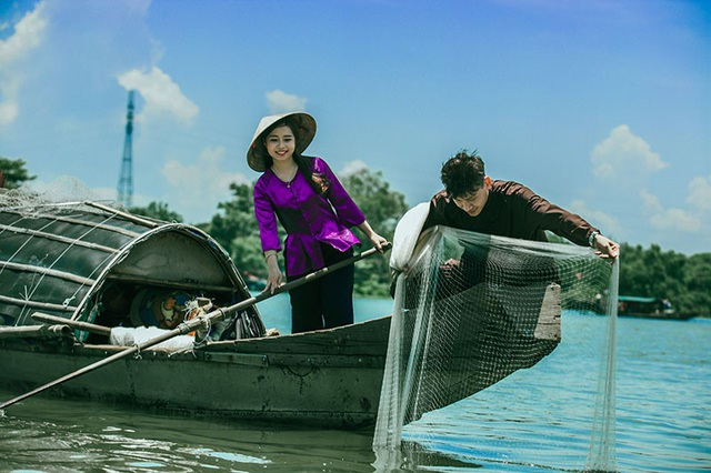 Bộ ảnh có những khoảnh khắc đánh lưới, khua mái chèo, bữa cơm giản dị và những nụ cười hòa quyện hạnh phúc của đôi bạn trẻ.