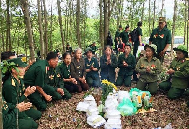 Các cựu binh mang cơm lên rừng mời linh hồn đồng đội