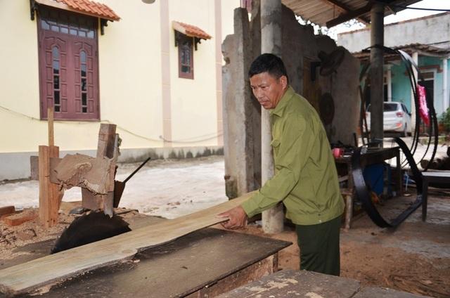 Cựu binh Nguyễn Văn Thắc bên xưởng cưa cơ ngơi của mình