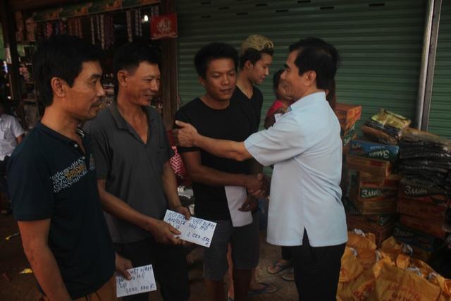 Niềm vui của những người Việt Nam khi được Hội Việt Nam tại Attapeu đến thăm
