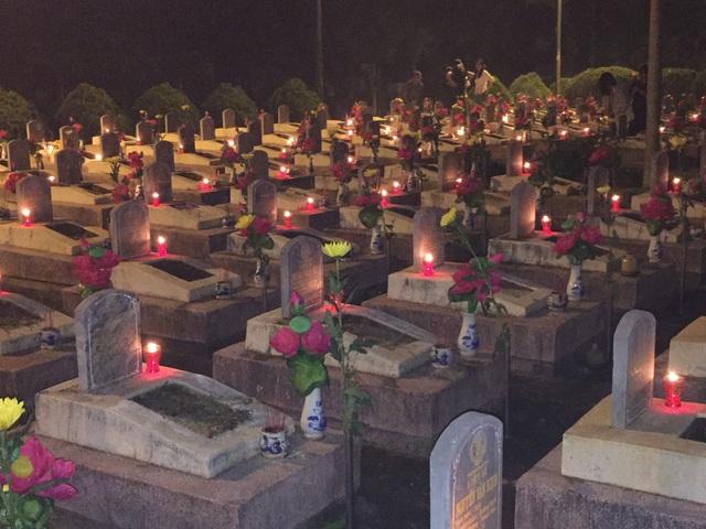 Hơn 2.000 phần mộ liệt sỹ sáng rực trong đêm bởi hoa, nến