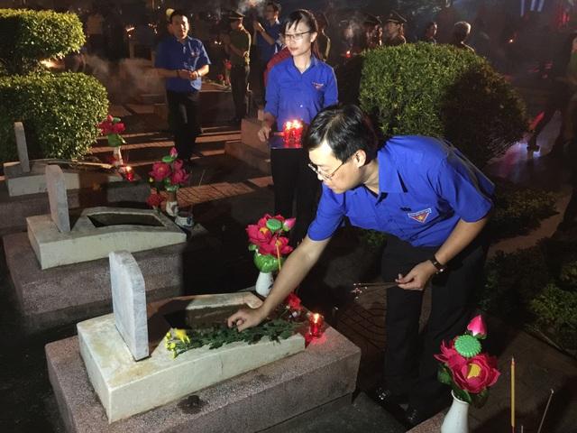 Tuổi trẻ dâng hương, dâng hoa bày tỏ lòng biết ơn đến các anh hùng liệt sỹ đã hy sinh cho tổ quốc