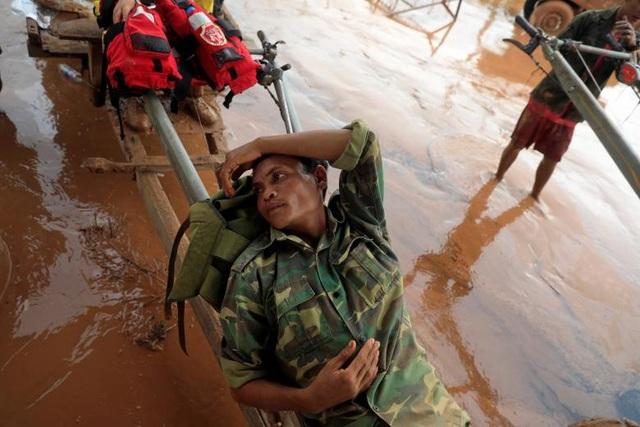 Một người lính nằm nghỉ ngay trên chiếc xe tự chế tại tỉnh Attapeu.