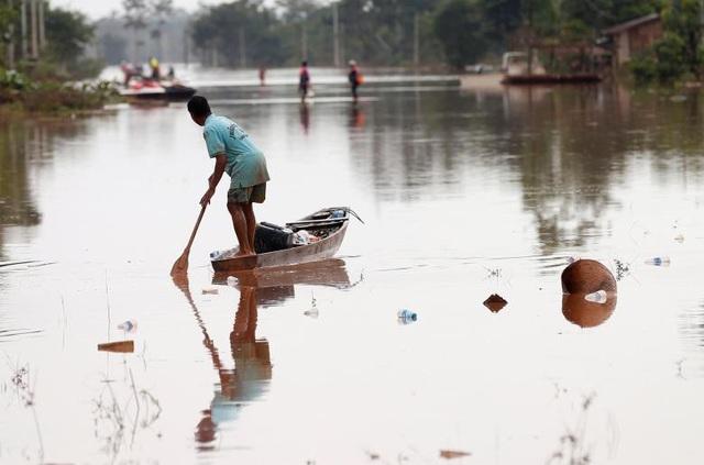 Sự cố vỡ đập thủy điện Xe Pian Xe Namnoy là một trong những thảm họa khủng khiếp nhất xảy ra tại Lào trong vài thập niên trở lại đây. Tại một số khu vực bị ngập nặng, người dân vẫn phải dùng thuyền để đi lại do nước chưa kịp rút.