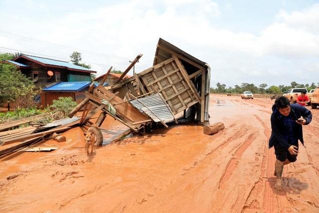 Nước lũ đã cuốn trôi nhiều ngôi nhà, tài sản và hoa màu của người dân tại những bản làng bị ảnh hưởng trực tiếp. Khoảng 3.000 người bị mất nhà cửa và 131 người vẫn đang trong tình trạng mất tích.