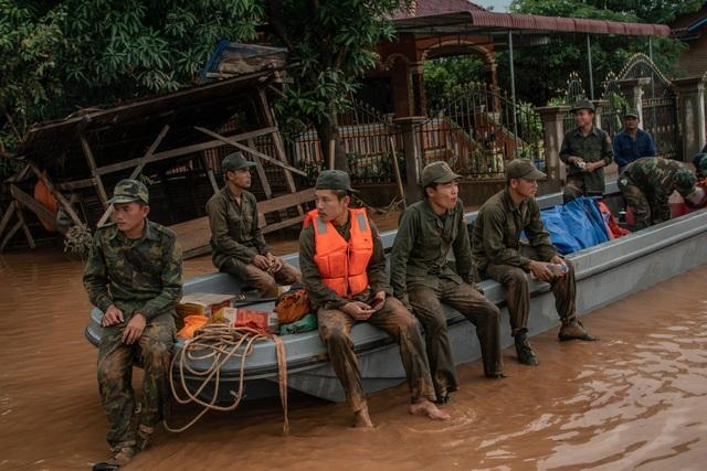 Công tác cứu hộ tiếp tục được triển khai để hỗ trợ hàng nghìn người mắc kẹt trong lũ. (Ảnh: New York Times)