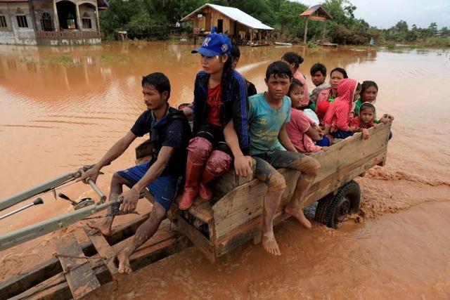 Người dân Lào phải đối mặt với không ít khó khăn khi trở về nhà dù nước đã rút xuống đáng kể. Trước đó, nước xả ra từ đập bị vỡ từng nhấn chìm nhiều ngôi nhà, buộc người dân phải trèo lên cây hoặc đứng trên mái nhà để lánh nạn.