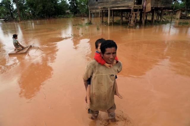 Hiện công tác cứu trợ vẫn đang diễn ra để giúp đỡ người dân tại những khu vực bị ảnh hưởng do sự cố vỡ đập.