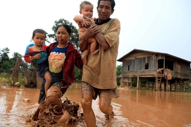 Người dân ở gần thủy điện chỉ được cảnh báo vài giờ trước khi nước ập tới. (Ảnh: Reuters)
