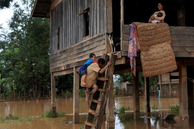 Người dân ở một số làng đã trở lại nhà để dọn dẹp và hy vọng tìm lại những thứ có giá. (Ảnh: Reuters)