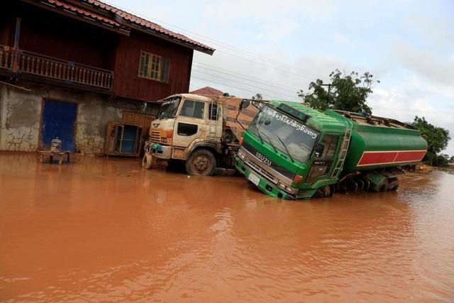 Những chiếc xe bị hư hại sau nhiều ngày ngâm trong nước.