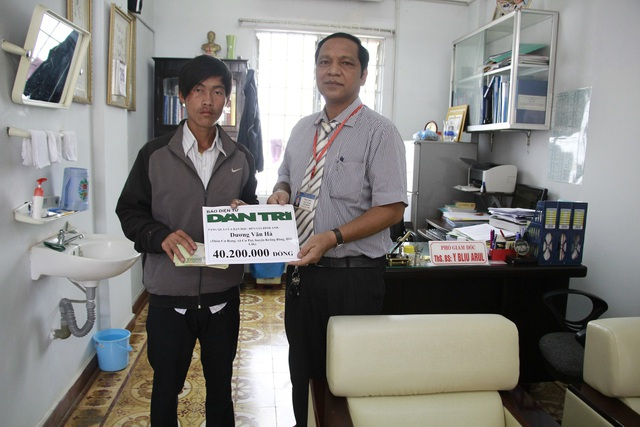 Bác sĩ Y Bliu Arul – Phó Giám đốc Bệnh viện Đa khoa vùng Tây Nguyên thay mặt báo Dân trí gửi trao số tiền trên 40 triệu đồng đến gia đình anh Hà