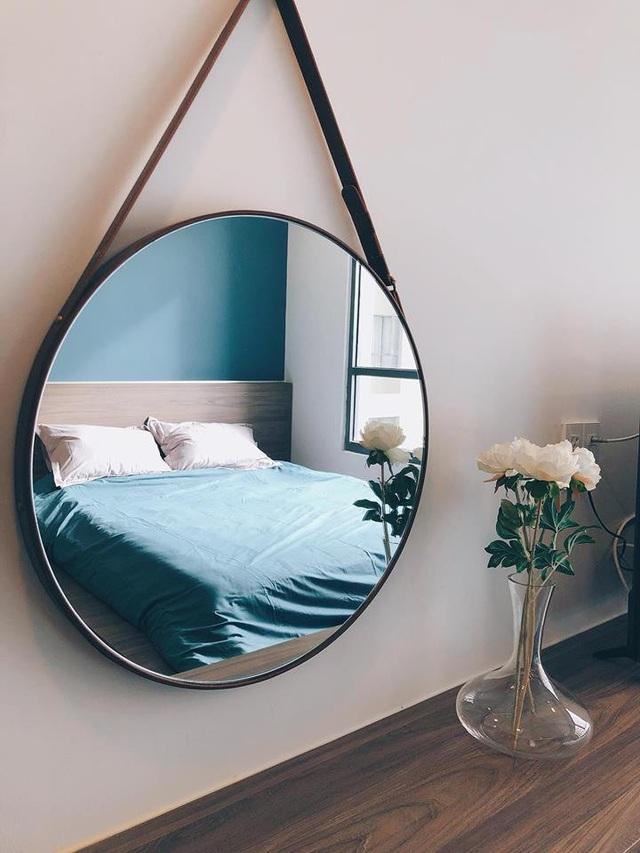 Midu lựa chọn gương tròn treo dây da đang là xu hướng được ưa chuộng cho những không gian hiện đại.