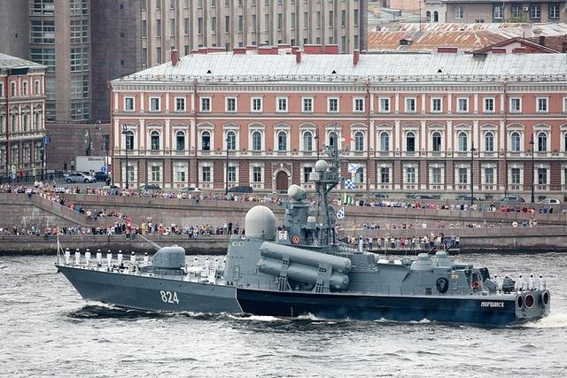 Tàu Morshansk mang tên lửa di chuyển trên sông Neva. (Ảnh: TASS)