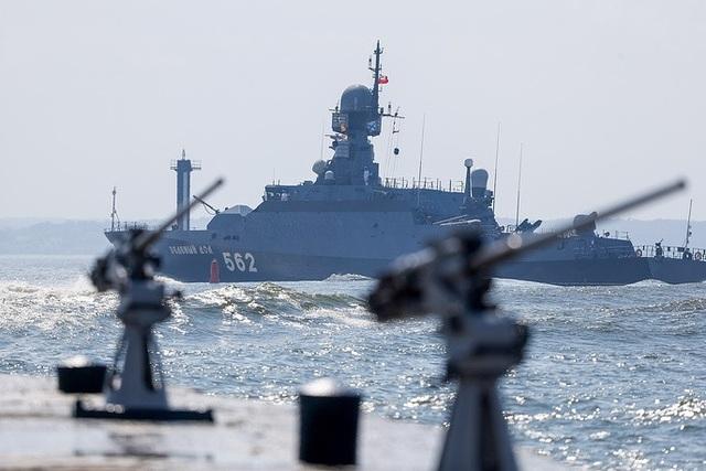 Cận cảnh tàu Zelyony Dol được trang bị tên lửa của Hải quân Nga. (Ảnh: TASS)