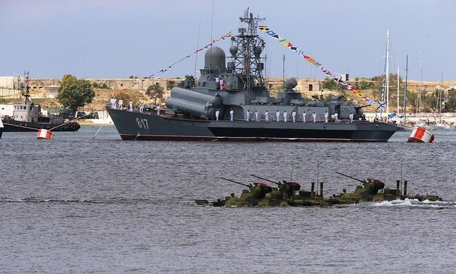 Tàu Mirazh được trang bị tên lửa cùng thủy thủ đoàn diễn tập tại Sevastopol. (Ảnh: TASS)