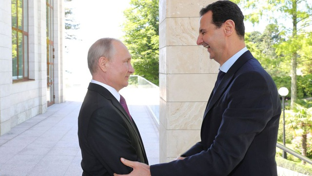 Tổng thống Nga Vladimir Putin đón người đồng cấp Syria Assad tại Sochi, Nga (Ảnh: Sky News)