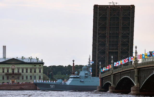 Ngoài tàu, các máy bay thuộc biên chế của lực lượng hải quân Nga như máy bay chiến đấu Su-33, MiG-29K và các trực thăng Ka-52K, Ka 27-M cũng tham gia lễ duyệt binh kỷ niệm Ngày Hải quân. (Ảnh: Sputnik)