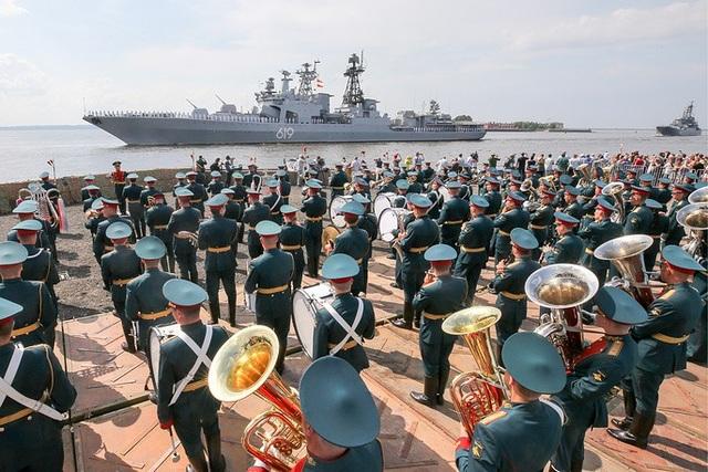 Lễ duyệt binh năm nay diễn ra vào ngày 29/7 và là lễ duyệt binh thứ hai kỷ niệm Ngày Hải quân trong lịch sử hiện đại của Nga. Lễ duyệt binh đầu tiên được tổ chức vào ngày 27/7 năm ngoái. Trong ảnh: Đội quân nhạc biểu diễn khi tàu Đô đốc Gorshkov tham gia diễn tập chuẩn bị cho lễ duyệt binh tại St. Petersburg. (Ảnh: TASS)