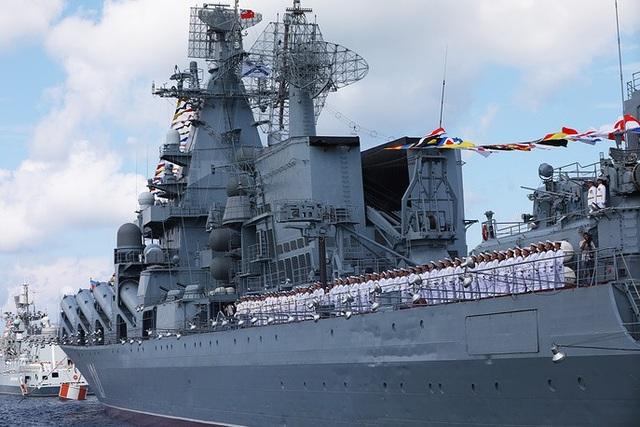 Địa điểm chính diễn ra lễ duyệt binh Ngày Hải quân năm nay là St. Petersburg. Trong ảnh: Tàu tuần dương mang tên lửa Moscow tham gia diễn tập. (Ảnh: TASS)