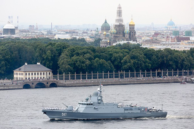 Tàu hộ tống tên lửa Uragan thuộc Đề án 22800 diễn tập trên sông Neva. (Ảnh: TASS)