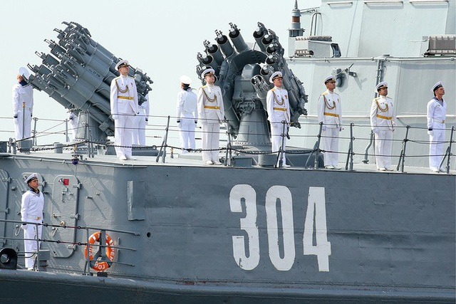 Các thành viên của thủy thủ đoàn đứng trên tàu săn ngầm Urengoy. (Ảnh: TASS)
