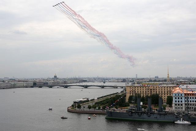 Các máy bay Su-25 nhả khói hình cờ Nga khi tham gia diễn tập tại St. Petersburg. (Ảnh: TASS)