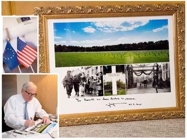 Ông Junker tặng ông Trump ảnh nghĩa trang để gợi nhắc lịch sử chung giữa EU và Mỹ. (Ảnh: Twitter)