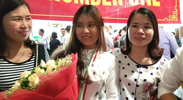 Minh Anh trong vòng tay chào đón của gia đình khi xuống sân bay từ cuộc thi trở về