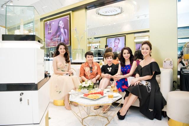 Diễn viên Mai Thu Huyền, hoa hậu Jennifer Phạm, người đẹp Tố Như là những khách hàng thân thiết của trung tâm H&H cũng có mặt tại sự kiện khai trương này