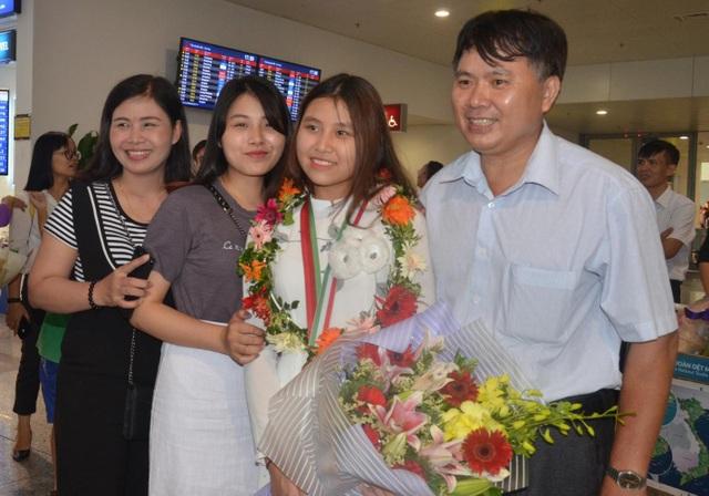 Minh Anh chụp ảnh cùng bố mẹ và chị gái tại sân bay.