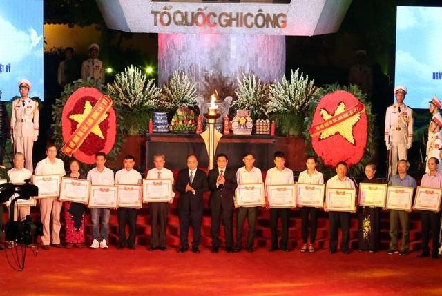 Thủ tướng trao Bằng Tổ quốc ghi công tới 30 gia đình đại diện cho thân nhân 442 gia đình liệt sĩ.