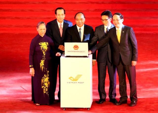 Thù tướng Nguyễn Xuân Phúc và các đại biểu bấm nút khai trương Cổng thông tin về liệt sĩ, mộ và nghĩa trang liệt sĩ.