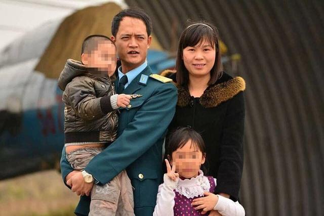 Trung tá Khuất Mạnh Trí và gia đình riêng. Anh ra đi khi các con còn quá nhỏ. (Ảnh gia đình cung cấp)