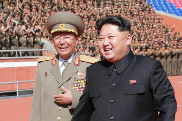 Nhà lãnh đạo Triều Tiên Kim Jong-un và Tướng Ri Yong Gil (Ảnh: AFP)
