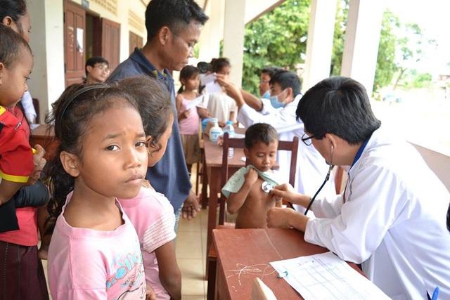Người già, trẻ em và phụ nữ được ưu tiên khám chữa bệnh và cấp phát thuốc.