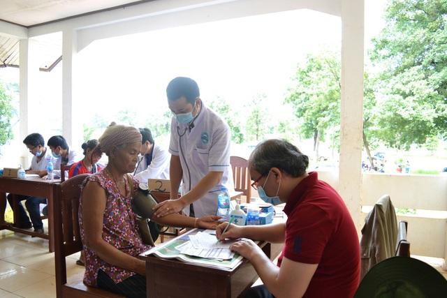 Các bác sĩ Việt Nam giúp khám chữa bệnh cho người dân vùng xảy ra lũ lụt.