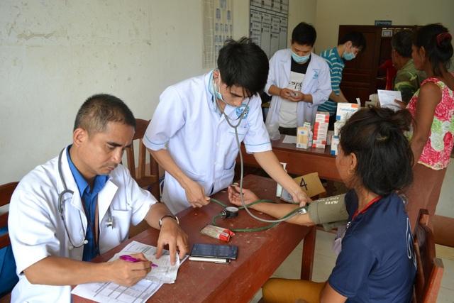 Bác sĩ Việt Nam thâu đêm cứu chữa nạn nhân vụ vỡ đập thủy điện - 1