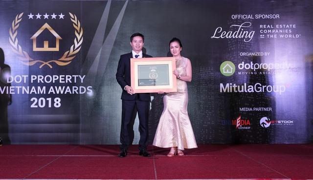 Ông Đinh Quốc Hà – Phó TGĐ Công ty Văn Phú – Invest lên nhận giải thưởng cho hạng mục Nhà phát triển bất động sản tốt nhất Hà Nội