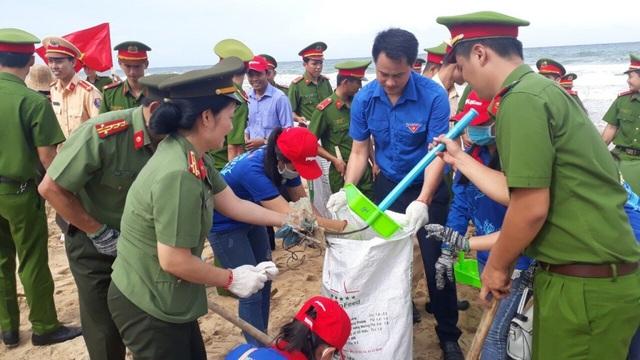 Tham gia đợt ra quân này nhiều cán bộ, đoàn viên thanh niên thuộc lực lượng công an Kiên Giang,... cùng làm sạch môi trường biển