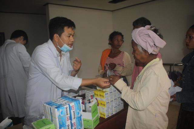 Khám chữa bệnh và cấp phát thuốc cho bà con huyện Sanamxay