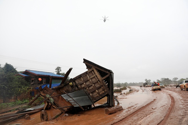 Nước xả ra từ đập vỡ ở Lào đã cuốn trôi nhà cửa và tài sản của người dân sống ở khu vực hạ lưu (Ảnh: Reuters)