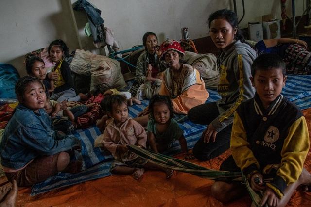Những đứa trẻ được đưa tới trại sơ tán sau khi đập vỡ (Ảnh: New York Times)