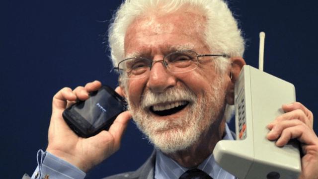So sánh kích thước của Motorola DynaTAC 8000X với một chiếc điện thoại nắp trượt của HTC.