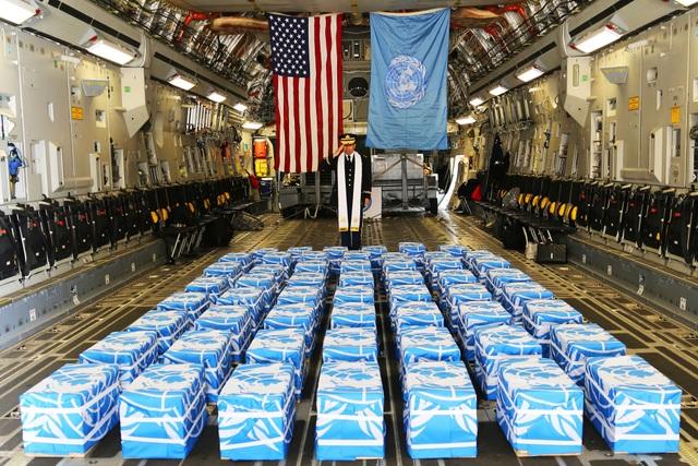 55 bộ hài cốt đều được phủ cờ Liên Hợp Quốc (Ảnh: Bộ Quốc phòng Mỹ)