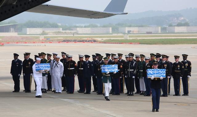 Các binh sĩ Mỹ chuyển hài cốt tại căn cứ không quân Osan, Hàn Quốc ngày 27/7 (Ảnh: Reuters)