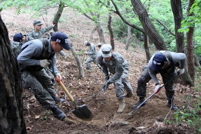 Các binh sĩ Mỹ tìm kiếm hài cốt tại Hàn Quốc năm 2014. (Ảnh: US Army)