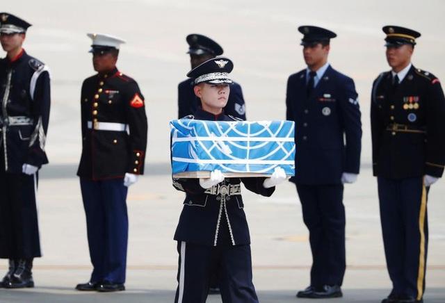 Mỗi quan tài đều được phủ lá cờ của Liên Hợp Quốc. Trong Chiến tranh Triều Tiên, các binh sĩ Mỹ chiến đấu dưới lá cờ của Liên Hợp Quốc. (Ảnh: Reuters)