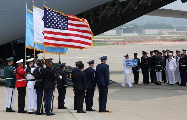 Sau nghi thức đón nhận, 55 bộ hài cốt sẽ tiếp tục được đưa lên máy bay để tới Hawaii ngay trong ngày 27/7.