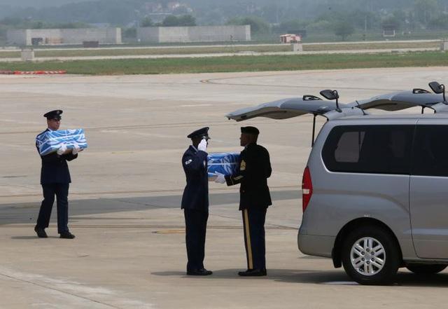 """""""Đây là một sứ mệnh thành công sau sự phối hợp tích cực giữa các bên. Chúng ta sẽ tưởng niệm những người đã ngã xuống trước khi họ tiếp tục hành trình trở về nhà"""", Chỉ huy lực lượng Mỹ tại Hàn Quốc Vincent K. Brooks, nói. (Ảnh: Reuters)"""